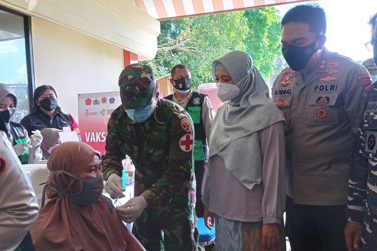 Wakil Gubernur NTB, Sitti Rohmi Djalilah didampingi Kapolda NTB Irjen Pol M Iqbal, meninjau Vaksinasi massal di Polda NTB, Sabtu (26/6/2021).