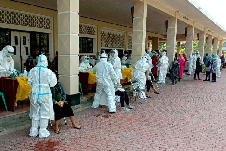 Sebanyak 500 ibu hamil di Surabaya, Jawa Timur, menjalani pemeriksaan tes swab gratis yamg difaasilitasi Pemkot Surabaya di Gelora Pancasila, Selasa (21/7/2020).