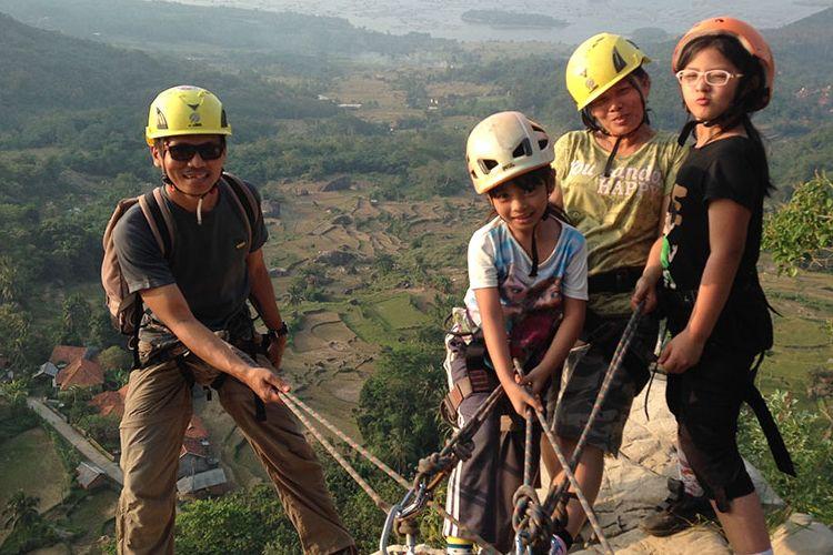 Anak-anak diajak orangtua memanjat tebing Gunung Parang, Purwakarta, menggunakan teknik yang disebut via ferrata atau naik menggunakan tangga baja, Minggu (2/7/2017)