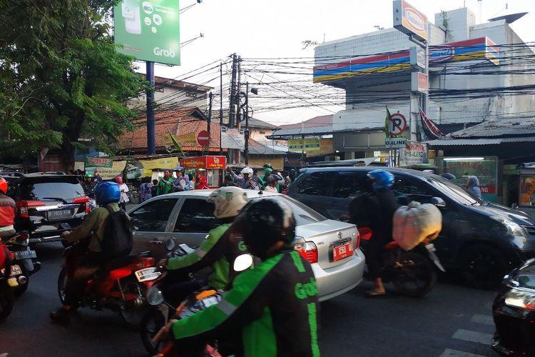 Kondisi depan Stasiun Bekasi di Jalan Ir. H. Juanda, Bekasi ketika jam sibuk, Rabu (17/7/2019).