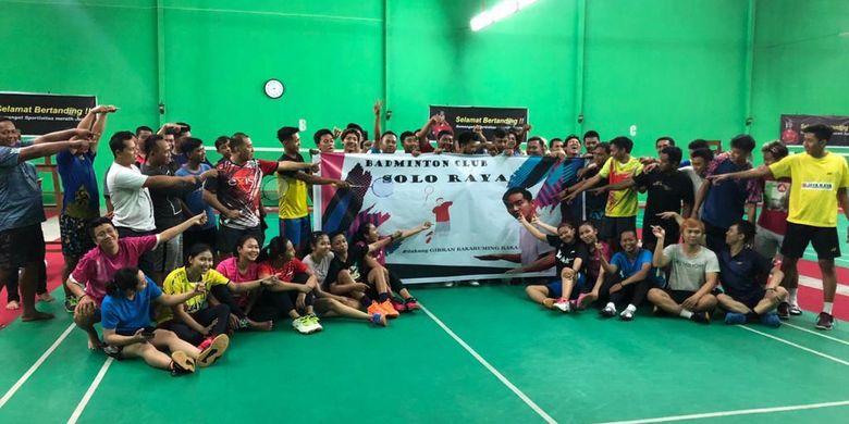 Para atlet yang tergabung dalam Badminton Club Solo Raya mendukung Gibran Rakabuming Raka dalam pemilihan Wali Kota Solo 2020-2025. Deklarasi para atlet digelar di lapangan klub Billy Beras, klub yang disokong oleh pengusaha beras Billy Haryanto, di Sragen, Kamis (26/12/2019). (Dok. Billy Haryanto)
