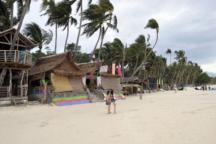 Pantai dengan pasir putih merupakan daya tarik utama Pulau Boracay, Filipina.