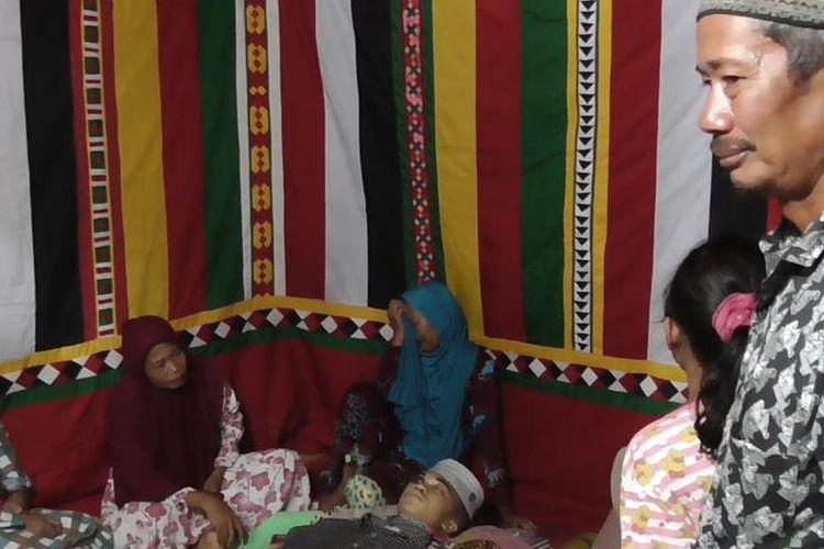 Jenazah Dedi (19) warga Desa Sebatang, Kecamatan Gunung Meriah Kabupaten Aceh Singkil, disemayamkan dirumah duka di desa setempat. Dedi tewas tertembak oleh seorang anggota polisi saat sedang mengikuti pesta musik disebuah lokasi perkaiwnan di Desa Sidorejo Kecamtan Gunung Meriah kabupaten Aceh Singkil.