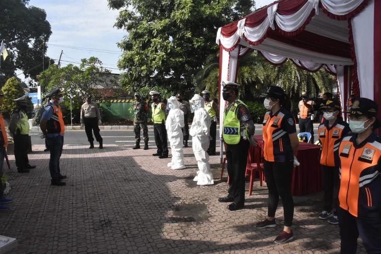 Jelang PKM dilakukan Rapid Tes  random terhadap pengendara  yang masuk Denpasar di Pos Induk Posko Terpadu, Kelurahan Ubung, yang merupakan pintuk masuk Kota Denpasar berbatasan dengan Kabupaten Badung pada Senin (11/5).