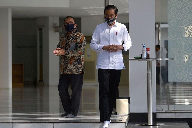 Presiden Joko Widodo (kanan) didampingi Mensesneg Pratikno meninjau kesiapan penerapan prosedur normal baru di Masjid Baiturrahim, Kompleks Istana Kepresidenan, Jakarta, Kamis (4/6/2020). Jokowi berharap, saat masjid-masjid di wilayah DKI Jakarta mulai dibuka untuk shalat berjemaah, maka aktivitas serupa juga bisa dilakukan di Masjid Baiturrahim.