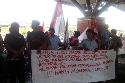 Di Tengah Demo Sopir Taksi, Ada Pria Terjun ke Kali Ancol
