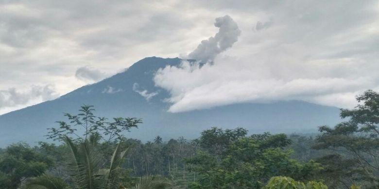 Gunung Agung terus mengeluarkan asap tebal seperti terlihat pada Rabu (22/11/2017) pagi.