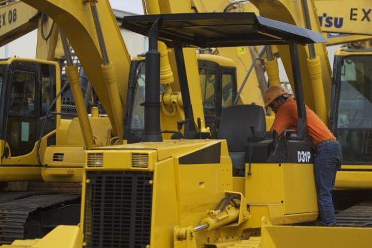 Ilustrasi:M mengecek alat berat di PT. United Tractors Tbk