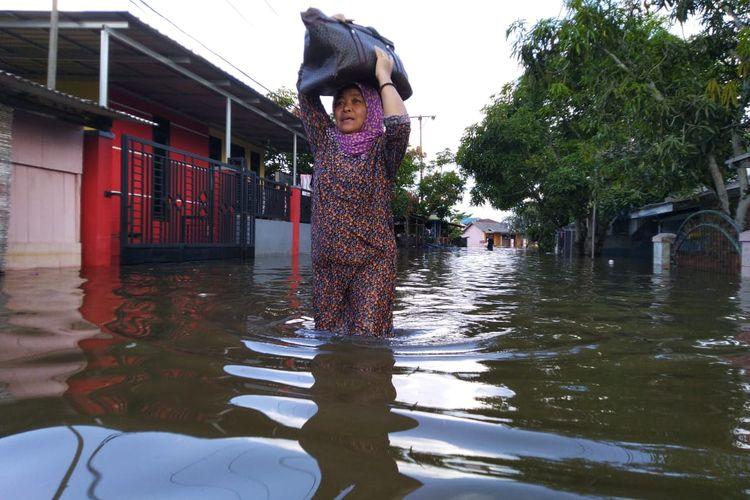 Warga RT 37 Kelurahan Sempaja Timur, Kota Samarinda, Kaltim saat mengevakuasi barang-barang yang terendam banjir, Sabtu (23/5/2020).