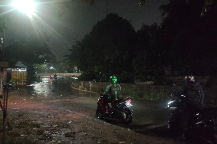 Sejumlah pengendara hendak berputar arah untuk menghindari banjir di kawasan Perumahan Pondok Maharta, Tangerang Selatan, Rabu (28/4/2021).