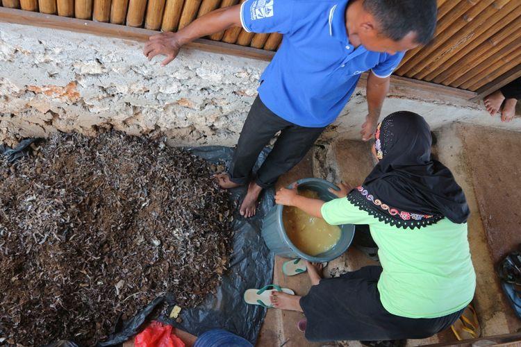 Warga Desa Kulati, Wakatobi, mendaur ulang kotoran ternak menjadi kompos.