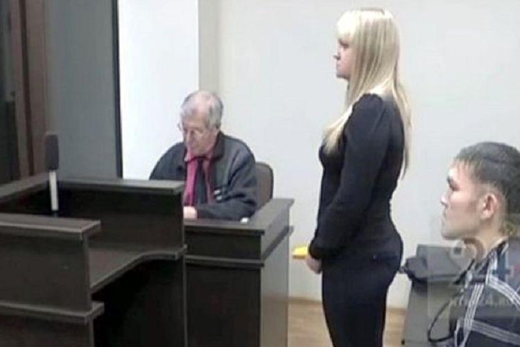 Pria bernama Shakur duduk di sebelah pacarnya di persidangan. Si pacar terancam dijatuhi enam tahun penjara setelah menikamnya 13 kali.