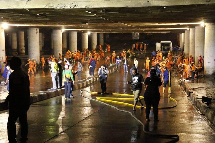 Banjir yang menggenangi Underpass Gandhi, Kemayoran, Jakarta Pusat, surut pada Minggu (26/1/2020) malam. Petugas Pemprov DKI Jakarta tampak membersihkan underpass tersebut.