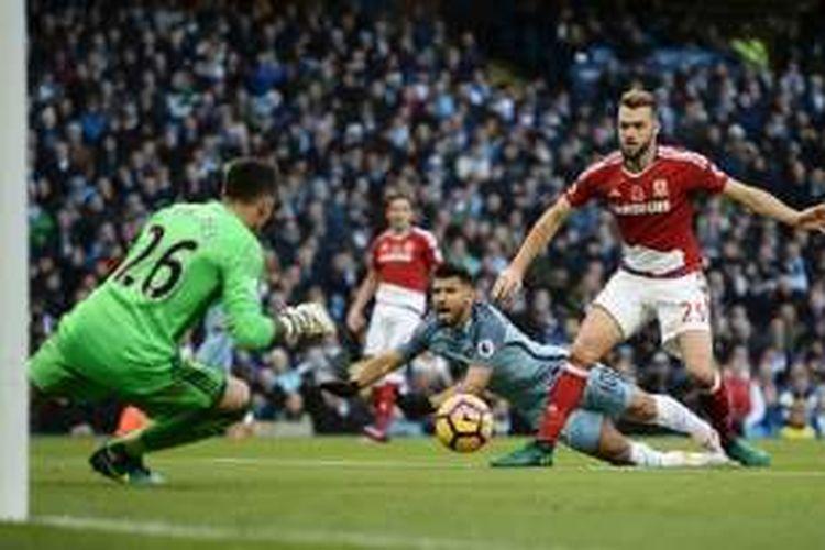 Striker Manchester City, Sergio Aguero, terjatuh pada saat perebutan bola dengan bek Middlesbrough, Calum Chambers, dalam laga Premier League di Stadion Etihad, Sabtu (5/11/2016).