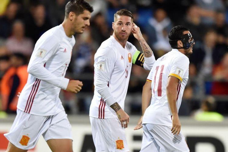 Alvaro Morata dan Pedro Rodriguez merayakan gol Spanyol oleh Sergio Ramos ke gawang Liechtenstein pada kualifikasi Piala Dunia 2018, Selasa (5/8/2017).