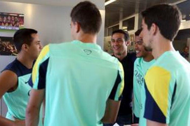 Gelandang Thiago Alcantara (tengah), berbincang dengan Alexis Sanchez, Marc Bartra, Jonathan dos Santos, dan Isaac Cuenca di markas latihan Barcelona, Senin (15/7/2013). Thiago mengucapkan salam perpisahan sebelum bergabung ke Bayern Muenchen.