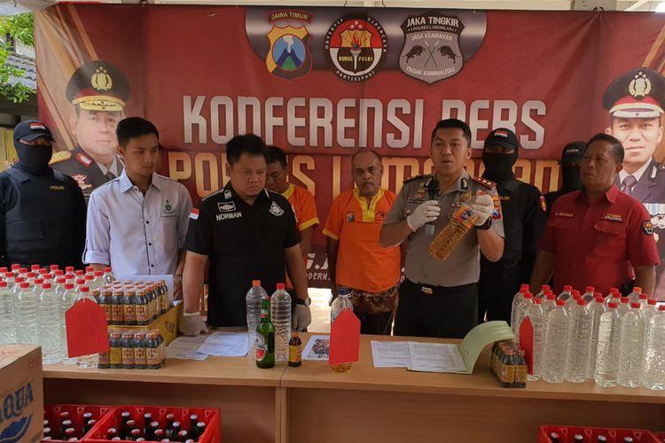 Kedua tersangka (tengah belakang), saat dihadirkan dalam rilis pengungkapan kasus di Mapolres Lamongan, Jumat (13/12/2019).