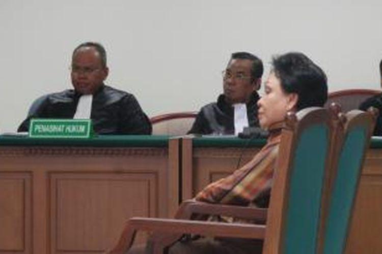 Mantan Direktur Jenderal Bina Pelayanan Medik Kementrian Kesehatan Ratna Dewi Umar menghadapi sidang tuntutan kasus dugaan korupsi alkes di Pengadilan Tindak Pidana Korupsi, Jakarta, Kamus (1/8/2013).