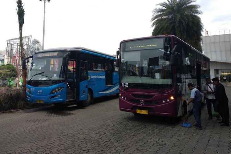 Armada bus Transjabodetabek bersiap di Mega Mall Bekasi, Senin (5/3/2018).