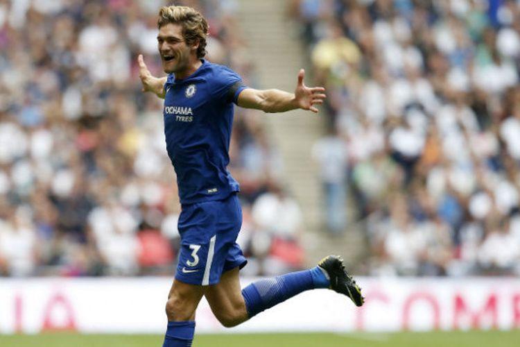 Selebrasi pemain Chelsea, Marcos Alonso, seusai menjebol gawang Tottenham Hotspur dalam laga di Wembley Stadium, Minggu (20/8/2017)