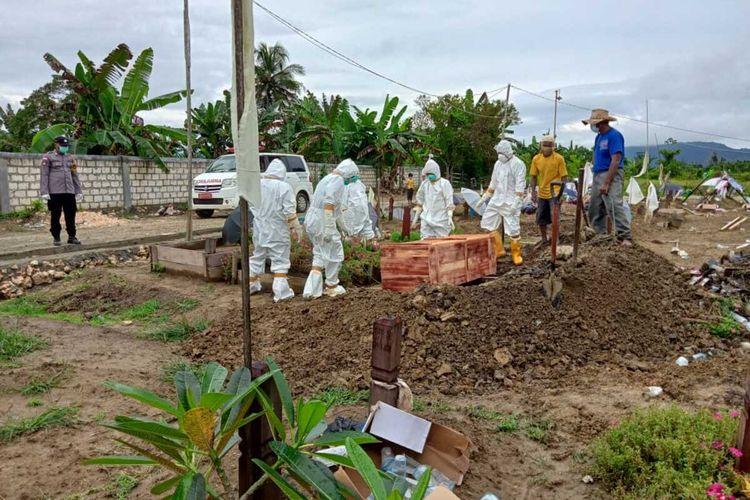 Situasi pemakaman pasien Covid-19 di Kota Jayapura. Tampak jenazah dimasukan dalam peti jenazah darurat karena peti standar sudah habis, Jayapura, Papua, Sabtu (24/7/2021)