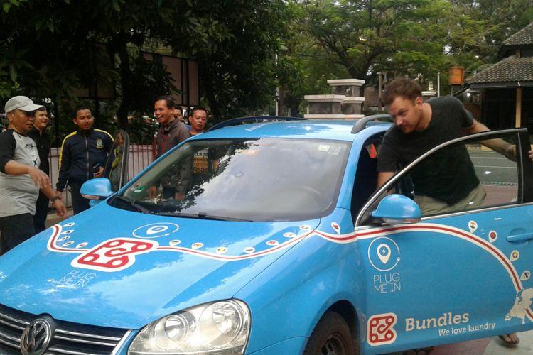 Wiebe Wakker (31) warga Belanda yang melakukan perjalanan untuk mempromosikan mobil listrik dari Belanda menuju Australia tiba di Solo, Jawa Tengah, Senin (1/1/2018).