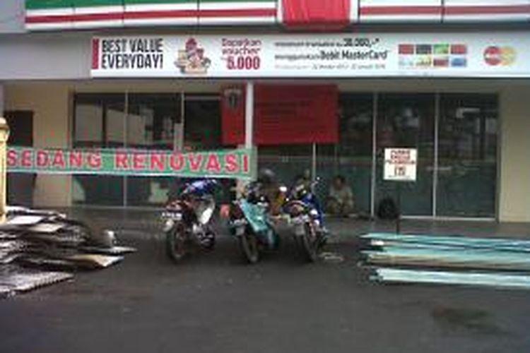 Gerai minimarket 7-Eleven di Jalan Budi Kemuliaan, Jakarta Pusat, sudah ditutup dan tak beroperasi sejak Sabtu lalu (4/1/2014). Penutupan dilakukan Suku Dinas Pengawasan dan Penertiban Bangunan (P2B) Jakarta Pusat memasang pelang segel pada bangunan tersebut.