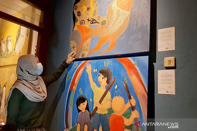 Salah satu siswa Kie Art Cartoon School, Yundi Nur Laeli saat menjelaskan cerita dibalik lukisan kartun karyanya yang akan ditampilkan dalam pameran Kie Art Cartoon Paintings yang mengusung tema Kami Masih Mencintaimu Indonesia. ANTARA/Sumarwoto