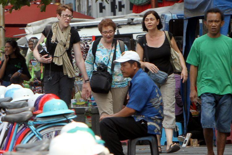Wisatawan mancanegara (wisman) menikmati suasana di kawasan Kota Tua Jakarta Barat, Kamis (4/9/2014).