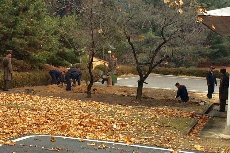 Tentara Korea Utara terlihat melakukan aktivitas di titik pelarian tentara pembelot beberapa pekan lalu.