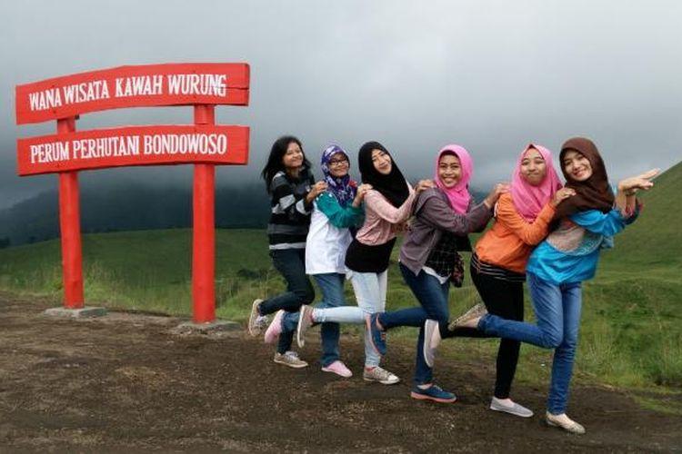 Wisatawan yang berkunjung di kawasan Kawah Wurung di Kabupaten Bondowoso, Jawa Timur.