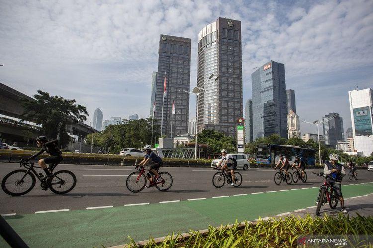 Pesepeda memacu kecepatan saat melintas di Jalan Jenderal Sudirman, Jakarta, Minggu (30/5/2021). Direktur Lalu Lintas Polda Metro Jaya Kombes Pol Sambodo Purnomo Yogo mengatakan para pesepeda (road bike) bisa ditilang dengan Pasal 229 UU Nomor 22 Tahun 2009 tentang Lalu Lintas dan Angkutan Jalan jika tidak melewati jalur khusus sepeda saat telah resmi dioperasikan.