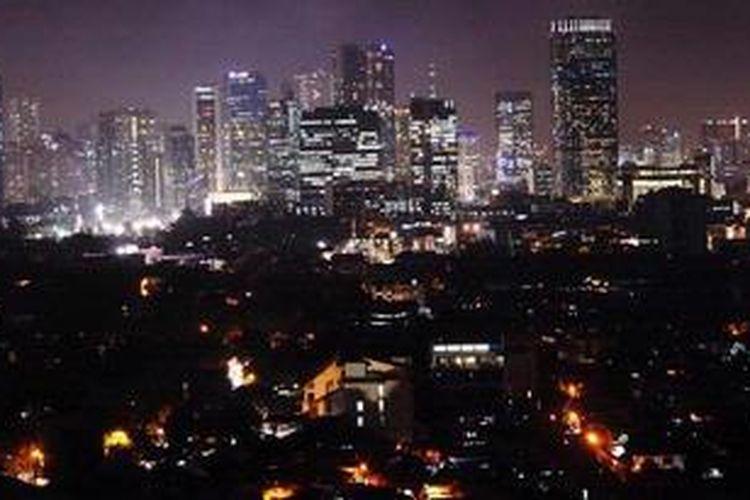Ilustrasi: Lanskap kota Jakarta yang bermandikan cahaya lampu dari gedung-gedung pencakar langit, Kamis (14/2/2013) malam.