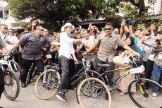 Saat Sepeda Ontel Presiden Jokowi Oleng, Borong Intip Goreng hingga Beli Kaus di Malioboro