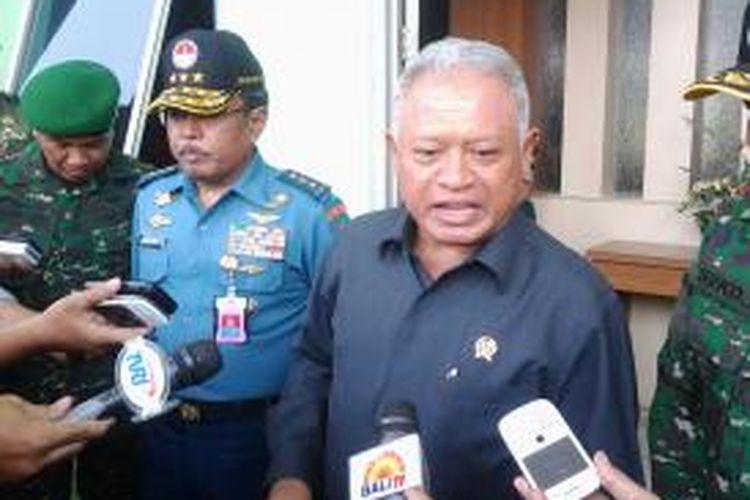 Menteri Pertahanan, Purnomo Yusgiantoro memberikan penjelasan usai menutup diklat PNS Kemhan di Markas Rindam Jaya, Jakarta, Selasa (24/9/2013).