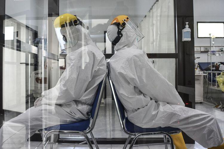 Dua orang tenaga kesehatan beristirahat sejenak saat menunggu pasien di ruang isolasi COVID-19 Rumah Sakit Umum (RSU) Dadi Keluarga, Kabupetan Ciamis, Jawa Barat, Senin (14/6/2021). RSU tersebut menambah ruang isolasi untuk pasien COVID-19 menjadi 22 kamar serta menambah jumlah tenaga medis sekaligus memperpanjang jam shift kerja, untuk mengantisipasi lonjakan karena Ciamis masuk dalam zona merah COVID-19 dan Jabar masuk kategori sinyal bahaya penularan COVID-19 dari Kemenkes. ANTARA FOTO/Adeng Bustomi/aww.