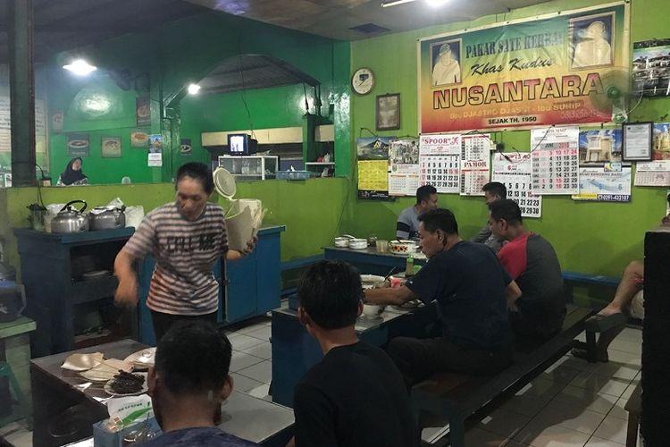 Suasana Warung Sate Kerbau Min Jastro, Kudus, Jawa Tengah. Sate kerbau merupakan salah satu makanan khas Kudus.