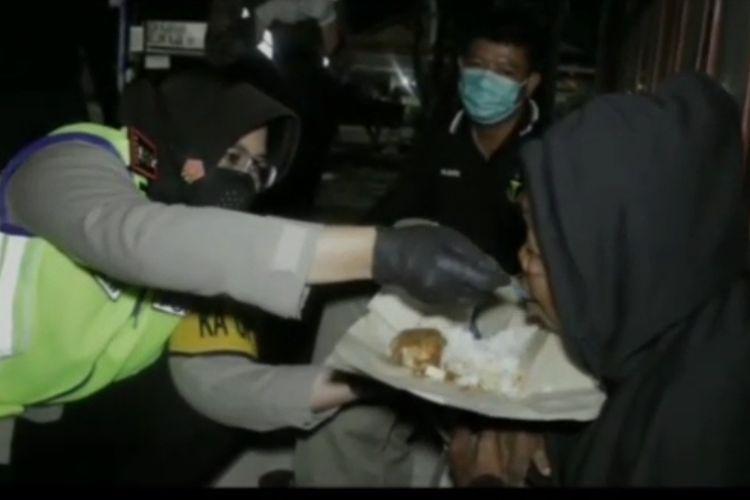 Kapolres Tegal Kota AKBP Rita Wulandari Wibowo menyuapi kakek tunawisma di Jalan Mataram Kota Tegal, Selasa (13/10/2020) (Foto: Facebook Meiwan Semarang)