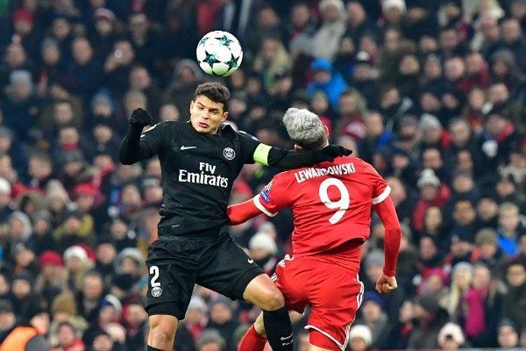 Pemain depan Bayern Munich Robert Lewandowski (kanan) menyundul bola dengan bek Brasil Paris Saint-Germain Thiago Silva selama pertandingan sepak bola Liga Champions UEFA Bayern Munich vs Paris Saint-Germain pada 5 Desember 2017 di Munich, Jerman selatan.