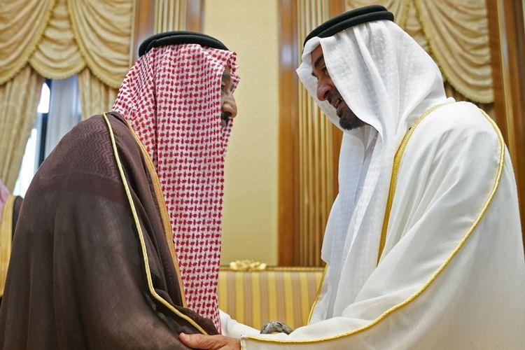 Putra Mahkota Abu Dhabi Mohammed bin Zayed al-Nahyan (kanan) bertemu dengan Raja Arab Saudi Salman bin Abdulaziz, di Mekkah, Senin (12/8/2019). Pertemuan itu guna membahas situasi di Yaman.
