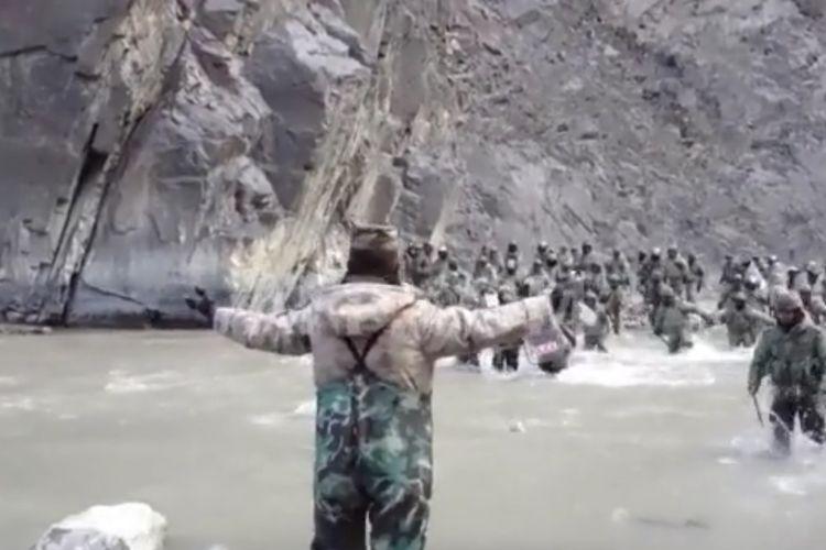 Potongan video dari kantor berita China CCTV yang dirilis AFP menunjukkan seorang tentara China merentangkan tangan, sementara serombongan balatentara India mendatanginya. China merilis video detik-detik militer dua negara terlibat adu jotos di Lembah Galwan pada Juni 2020. China mengakui empat tentaranya tewas, sementara India 20 personelnya terbunuh.