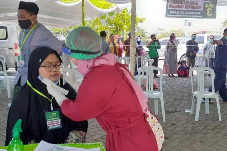 Pesantren Tebuireng Jombang, Jawa Timur, mewajibkan para santri yang akan kembali ke pesantren, melakukan pemeriksaan Swab.