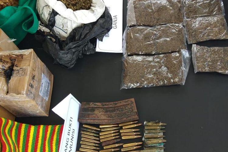 Barang bukti 80 butir amunisi dan ganja yang diamankan Polres Jayapura Kota setelah sebelumnya berhasil diamankan di bandara Wamena, Kabupaten Jayawijaya, Papua, dan hendak dikirim ke Nduga (30/07/2019)