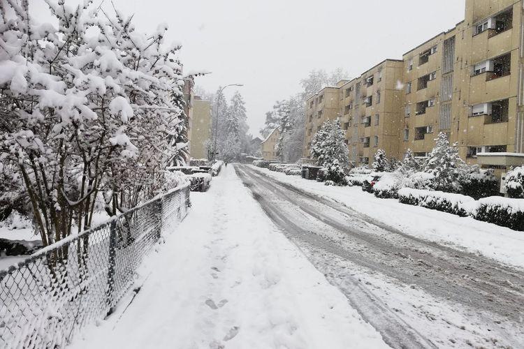 Seperti inilah momen ketika salju turun di Lucerne, Swiss, seperti diabadikan oleh Kontributor Kompas.com, Krisna Diantha, Swiss kini dilaporkan kewalahan karena salju yang turun terlalu banyak.