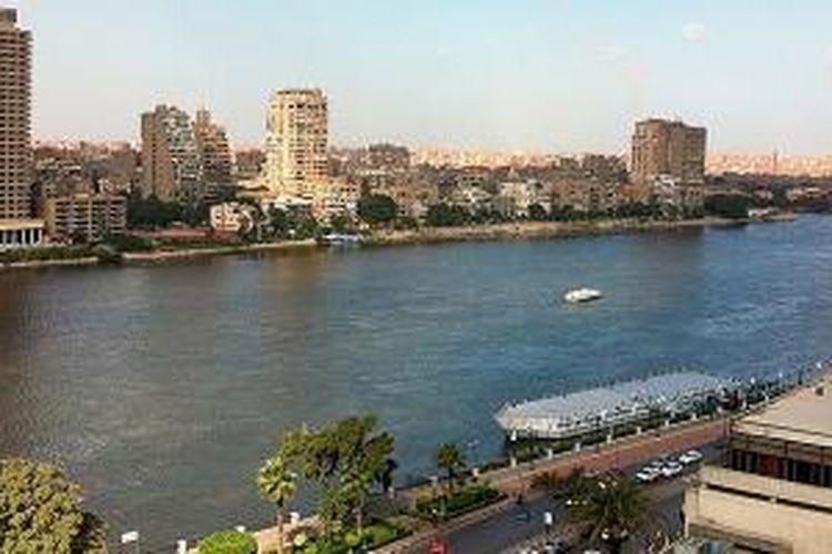Salah satu sudut pusat kota Kairo di tepian Sungai Nil. Menurut sejarawan Yunani, Herodotus, Mesir adalah hadiah dari Sungai Nil.