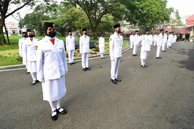 Tim Pasukan Pengibar Bendera Pusaka (Paskibraka) yang bertugas dalam upacara Peringatan HUT ke-76 RI dan penurunan bendera pusaka di Istana Merdeka pada Selasa (17/8/2021).
