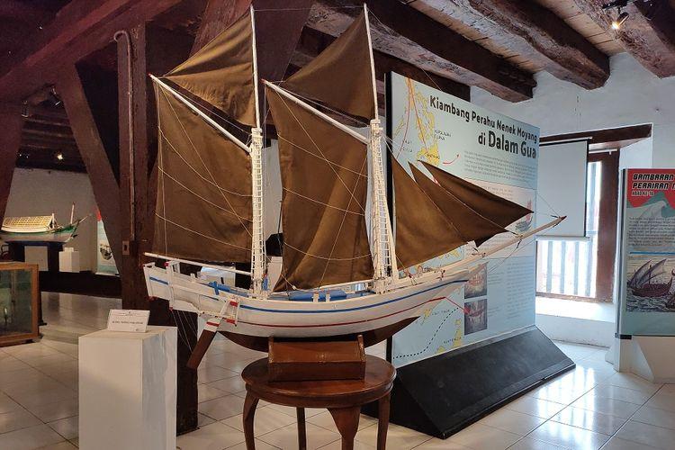 Miniatur perahu Phinisi asal Bugis yang dipamerkan di pameran Perahu Tradisional Nusantara, Museum Bahari, Jakarta, Sabtu (30/11/2019).