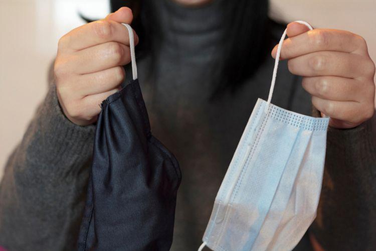 Masker dobel yang disarankan adalah masker medis untuk digunakan di dalam dan masker kain di bagian luar.