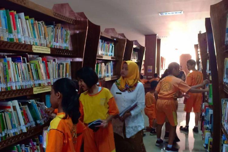 Outingclas dari SD N Bromantakan 56 Surakarta di Perpustakaan Kota Surakarta (26/9/19). Saat ini Arpusda Solo ditutup sebagai antisipasi penyebaran virus corona