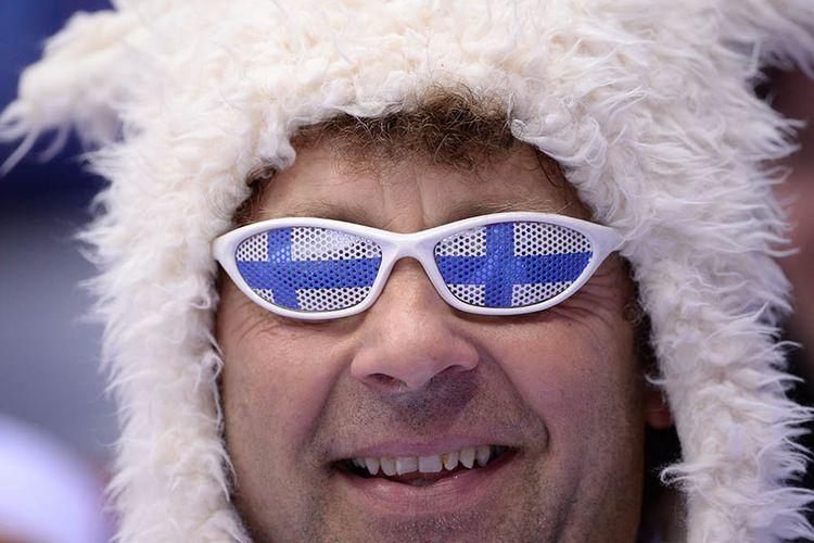 Warga Finlandia tersenyum saat memakai atribut bernuansa bendera negaranya saat Olimpiade Musim Dingin 2018 di Pyeongchang, Korea Selatan, Februari lalu.